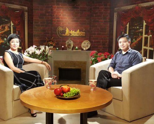 """MC Thảo Vân và chuyên gia Đinh Thái Sơn ghi hình trong """"Chuyện Đêm Muộn"""""""